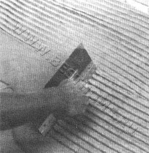 Распределение клея зубчатым шпателем