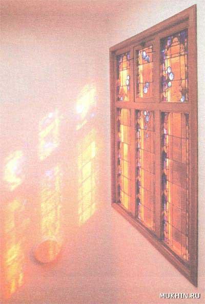 Красота витражного окна раскроется полнее, если его сделать с солнечной стороны