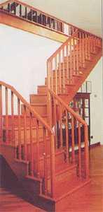Правая четвертьоборотная двухмаршевая лестница на косоурах