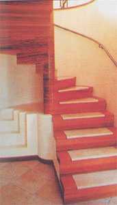 Угловая деревянная винтовая лестница на косоурах