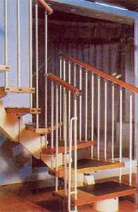 Винтовая лестница у стены на трансформируемом косоуре