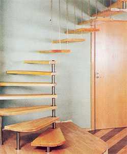 Лестница у стены со сложным креплением ступеней - к стойке, к стене и потолку