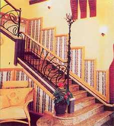 Разноуровневое освещение на стене вдоль лестницы