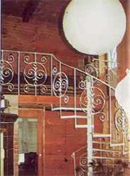 Общее освещение комнаты и лестницы одним большим светильником